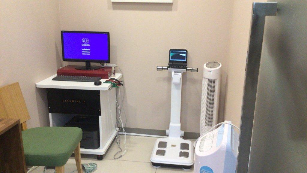 ▲検査室。肺活量や体重を確認します。