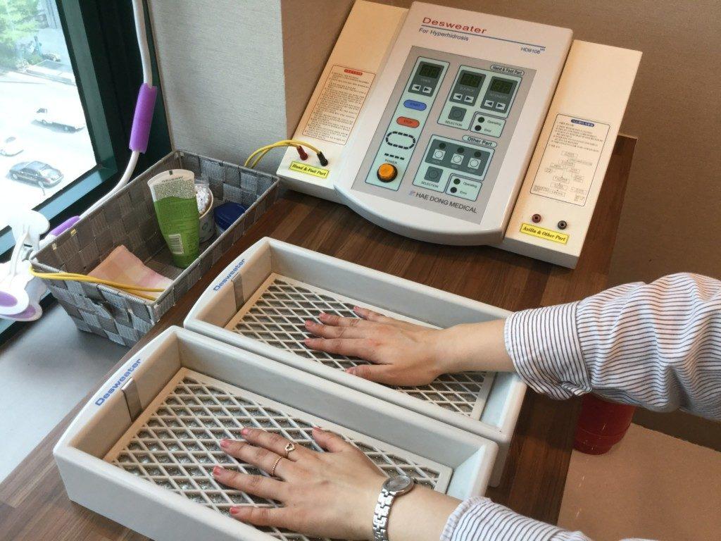▲こちらの機械で手と足を治療します。
