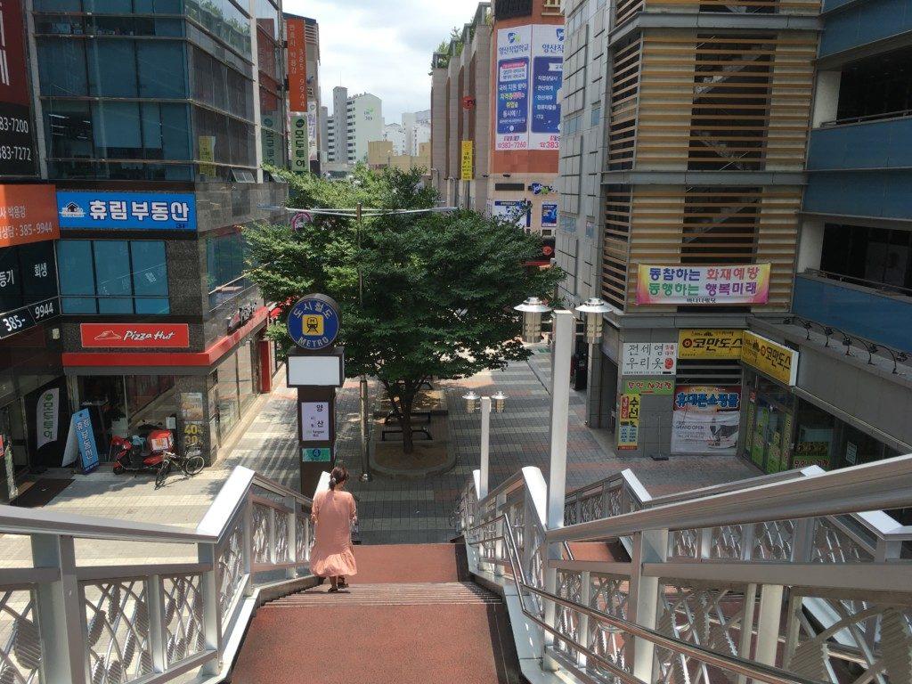 ▲ヤンサン駅4番出口をまっすぐ