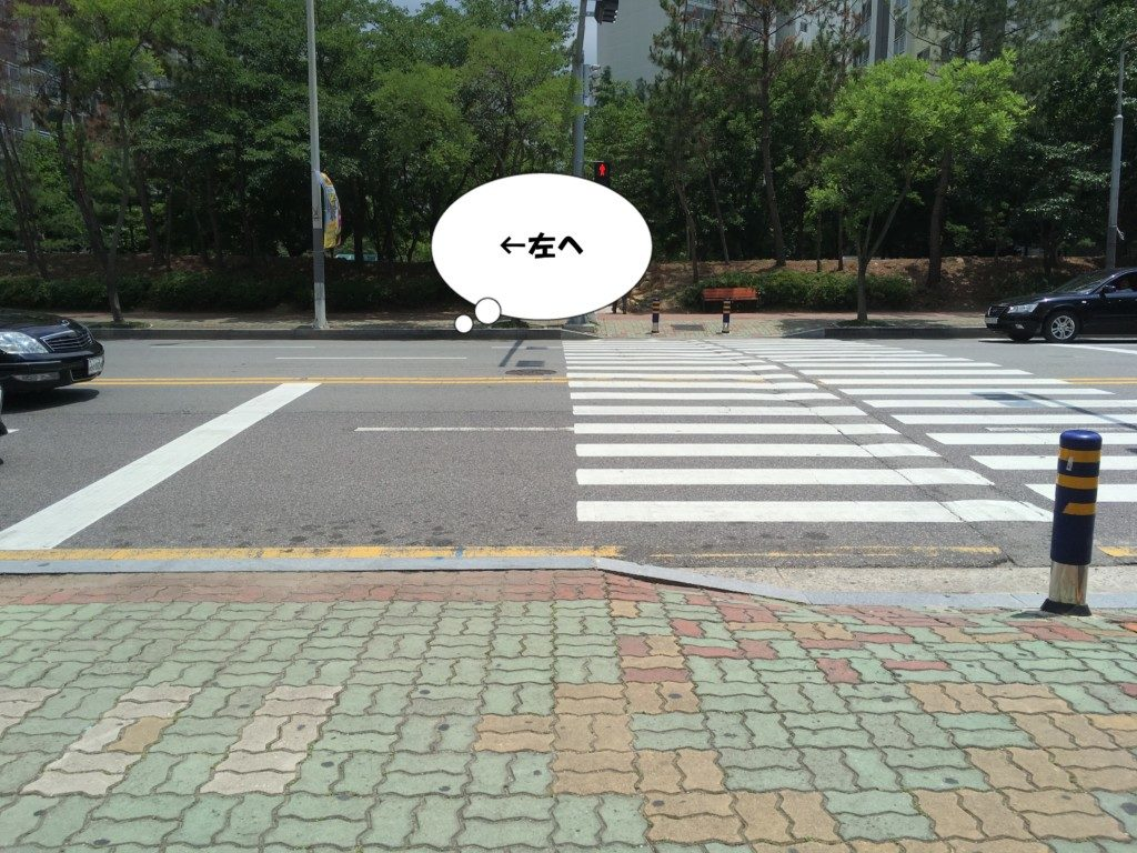 ▲まっすぐ歩くと横断歩道がありますので左方向へ歩いてください。