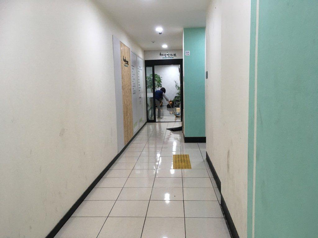 ▲2階は、漢方医院とインターネットカフェがあり、奥が漢方医院です。
