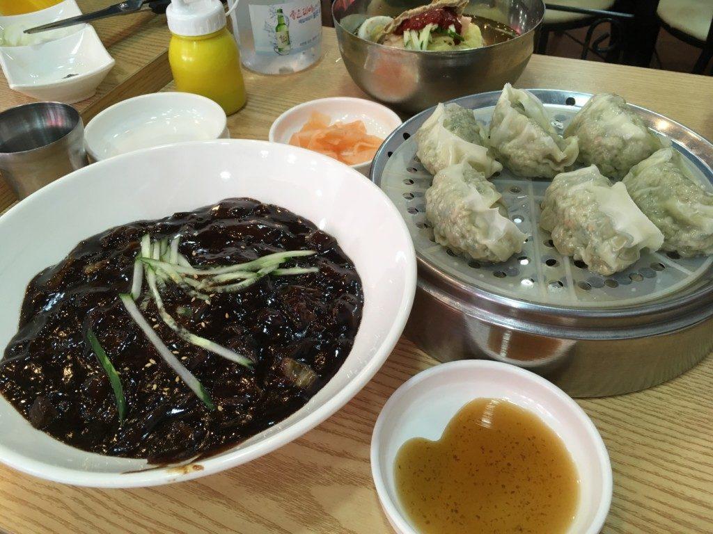 ▲ジャージャー麺と蒸し餃子
