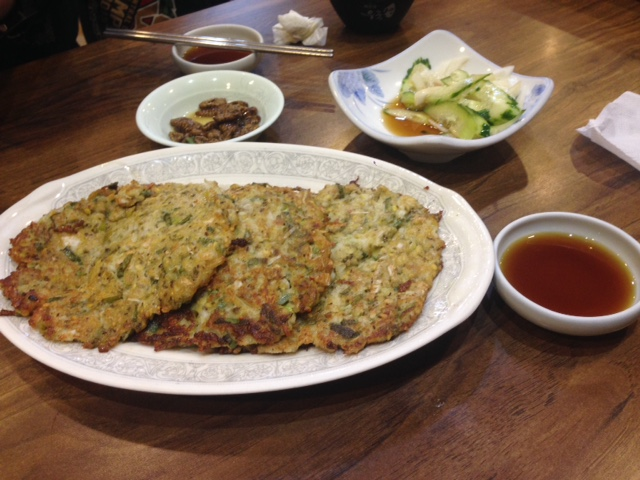 ▲빈대떡(ピンデトック/緑豆の粉と野菜と豚ひき肉のチヂミ)