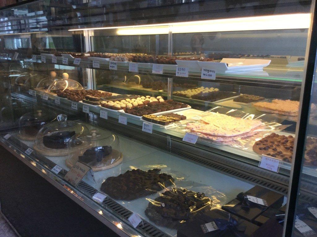 ▲手作りケーキとチョコレートを販売