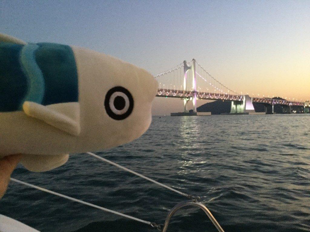 ▲広安大橋とサバちゃん