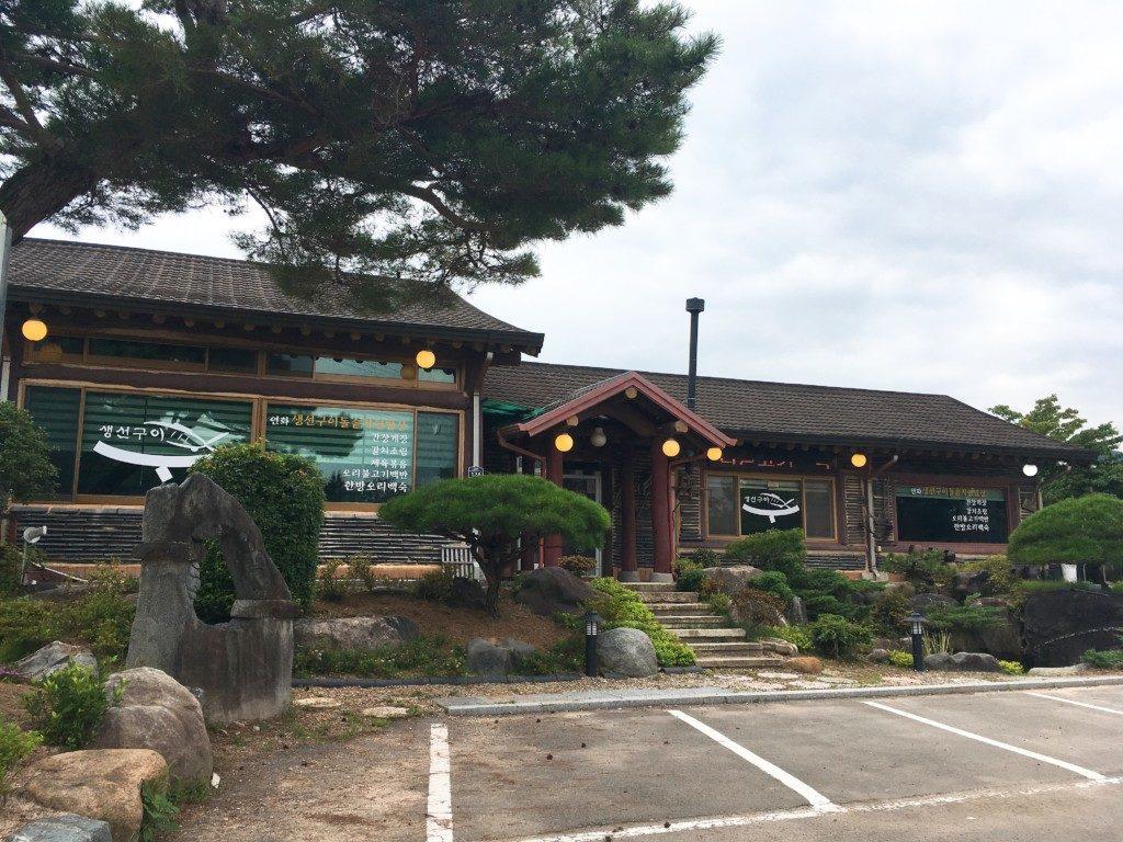 ▲寺の前にある食堂