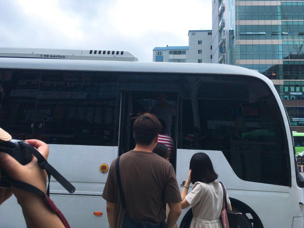 ▲広報ツアーでバスの乗って